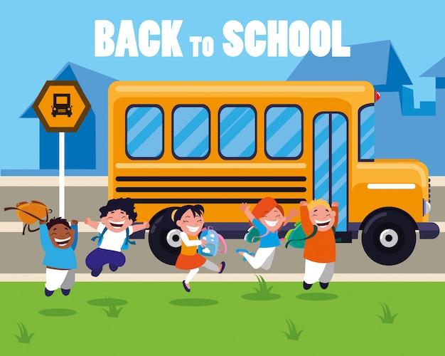 学校のバス停で幸せな学生の子供たち