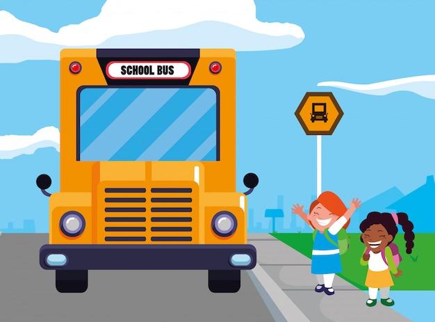 Счастливые девушки студента в сцене остановки школьного автобуса