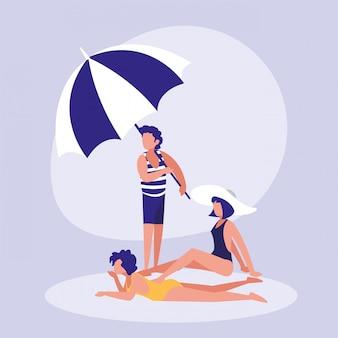 Люди на пляже с купальниками