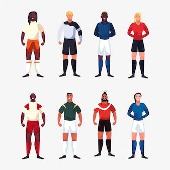 Пачка футболистов мужчин, стоящих