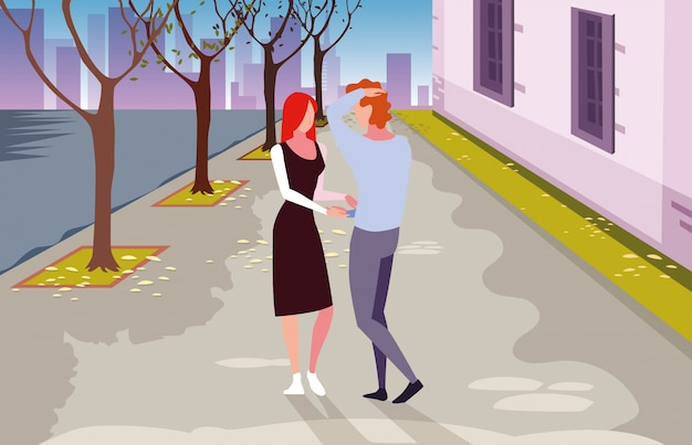 Пара влюбленных гуляет по городу