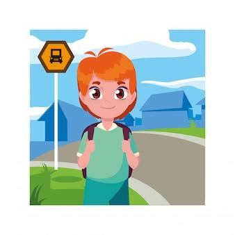 Студент мальчик на автобусной остановке с городом