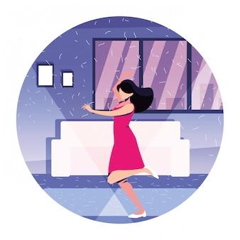 Женщина танцует в доме, вечеринке, музыке и ночной жизни