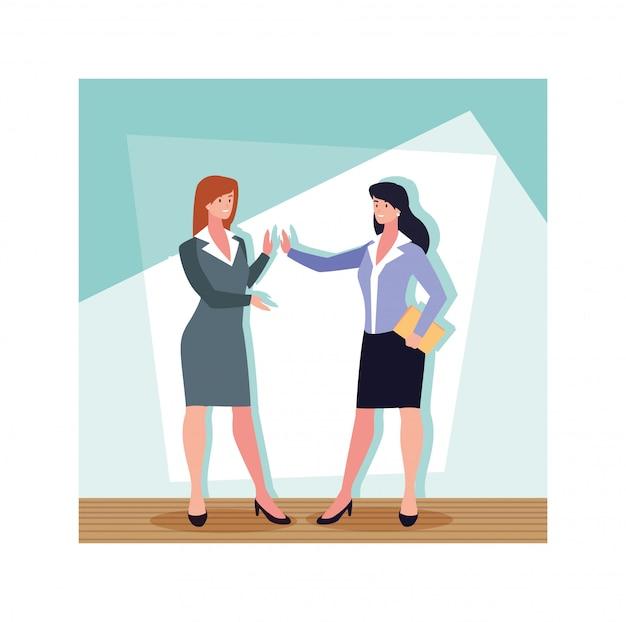 Деловые женщины, стоящие в офисе работы, бизнес-профессионалы