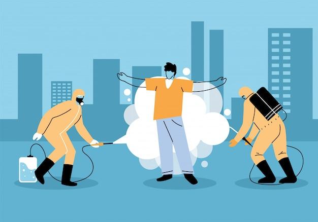 Мужчины носят защитный костюм, распыляют и дезинфицируют человека