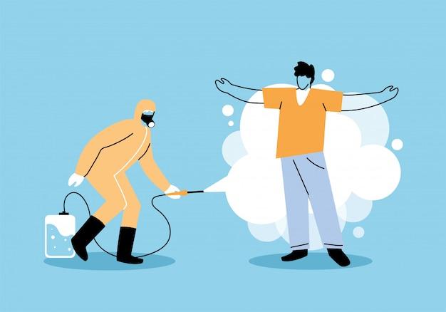 Человек носит защитный костюм, распыляет и дезинфицирует человека