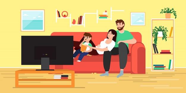 Семья смотрит телевизор и ест попкорн дома