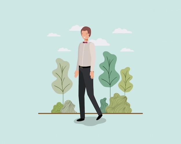 公園で歩くエレガントなビジネスマン