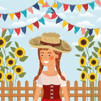 Женщина-фермер празднует с гирляндами и забором