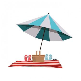 白のビーチチェアとストライプの傘