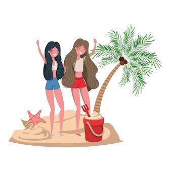 水着やヤシの木とビーチでの女性
