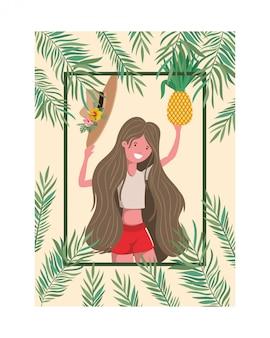 水着とパイナップルの手のフレームを持つ女性