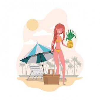 水着とパイナップルを手に持つ女性