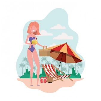 水着とパイナップルのカクテルを持つ女性の手