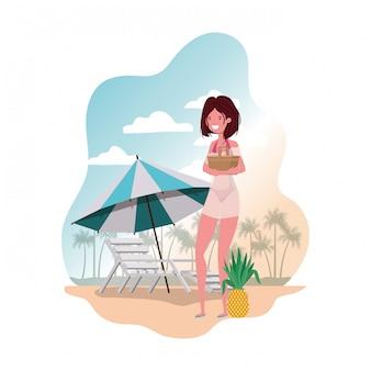 Женщина с купальником и соломенным пикником