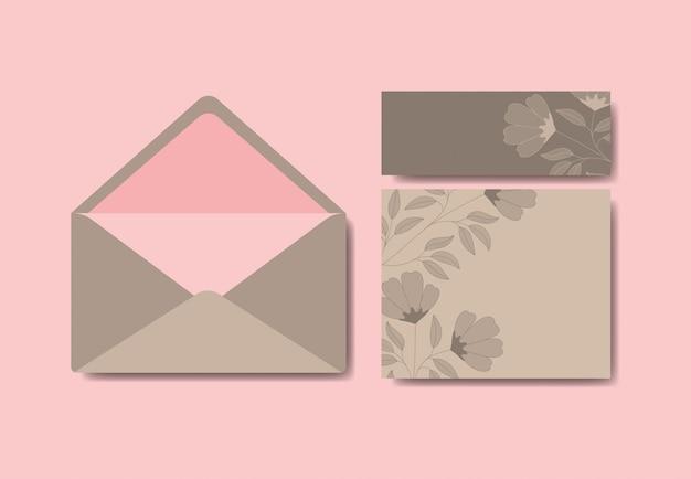 Конверт с приглашением и цветочным декором