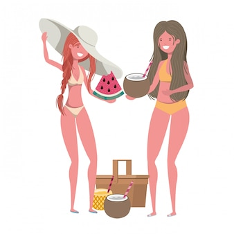 Женщины с купальниками и тропическими фруктами в руках