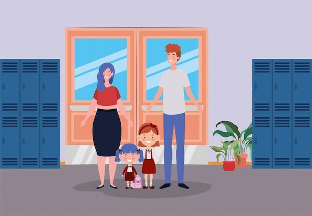 Учитель пара с маленькими учениками детей в школьном коридоре