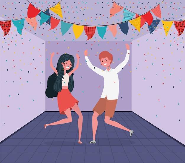 Молодая пара танцует в комнате