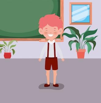 教室での小さな学生男の子