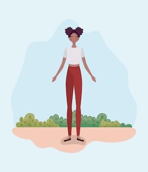 キャンプに立っている若いアフロ女性
