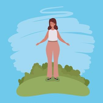 Молодая толстая женщина стоит в лагере
