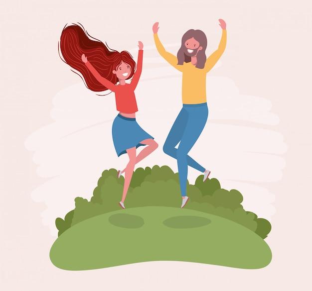 Молодая пара прыгает, празднуя в парке персонажей