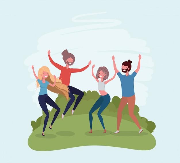 Молодые люди прыгают, празднуя в парке персонажей