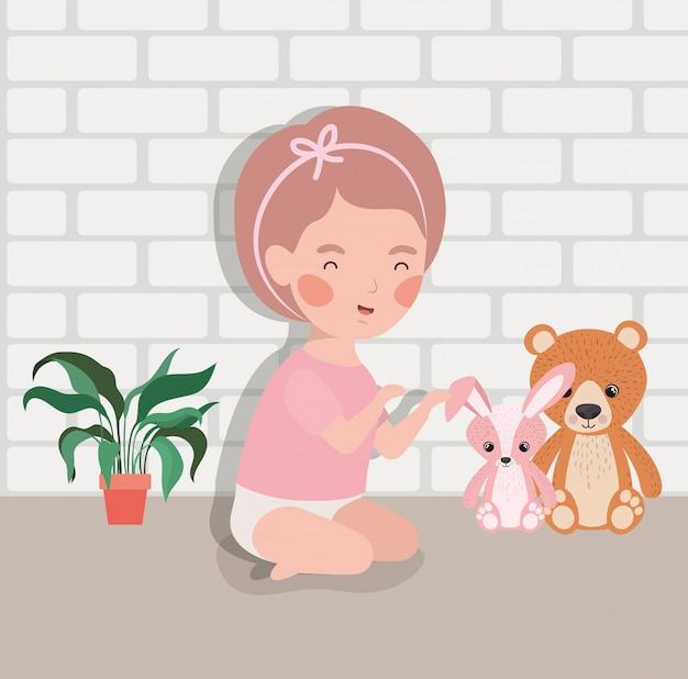 ぬいぐるみのキャラクターを持つ小さな女の赤ちゃん