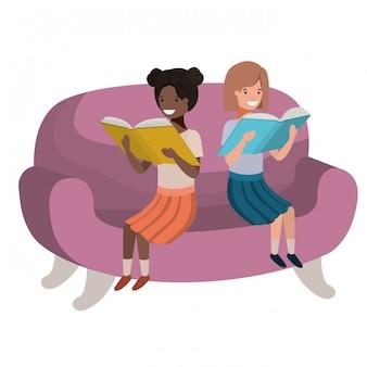 本のアバターの文字が付いているソファーに座っている女性