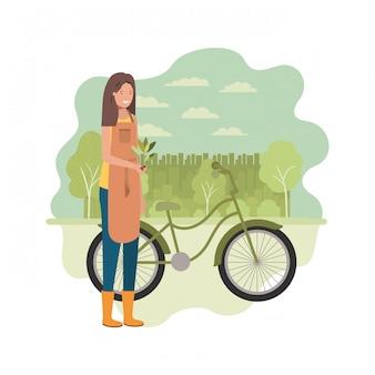 Женщина-садовник с пейзажем и велосипедом