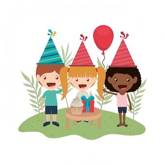 誕生日のお祝いの子供たちのグループ