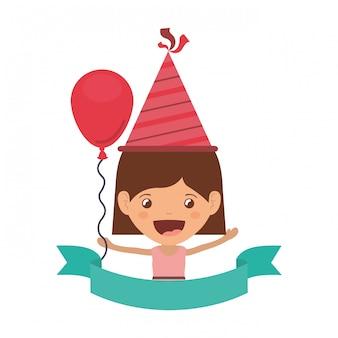 誕生日のお祝いでパーティーハットを持つ少女