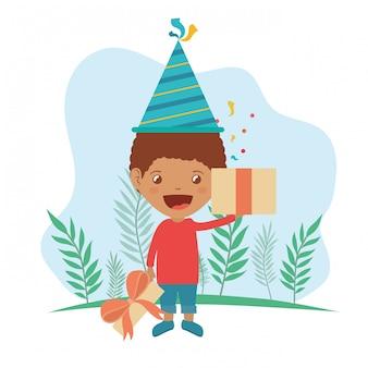 誕生日のお祝いにパーティーハットとギフトボックスを持つ少年