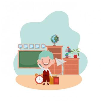 教室で学用品を持つ学生少年