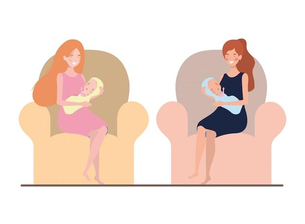 生まれたばかりの赤ちゃんを腕にしてソファに座っている女性