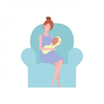 彼女の腕の中で生まれたばかりの赤ちゃんとソファに座っている女性
