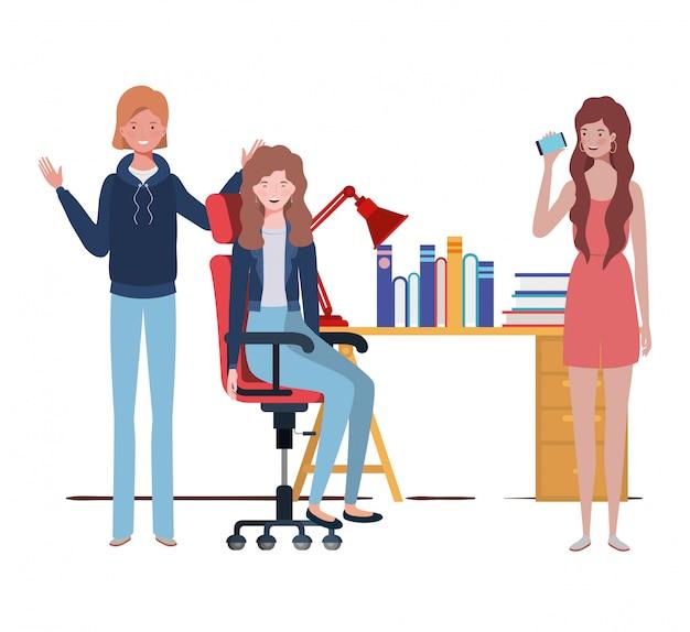 Женщины сидят в рабочем кабинете с белым