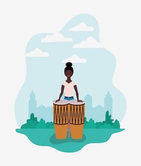 ボンゴスキャラクターを演奏するアフロ女性