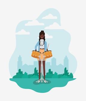 ティンパニのキャラクターを演奏するアフロ女性