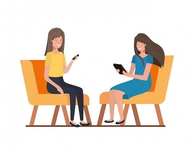 Молодые женщины сидят в кресле