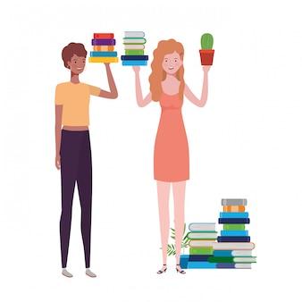 書籍のスタックで立っている女性