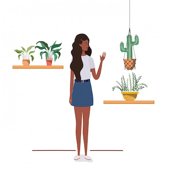 観葉植物とマクラメハンガーを持つ女性