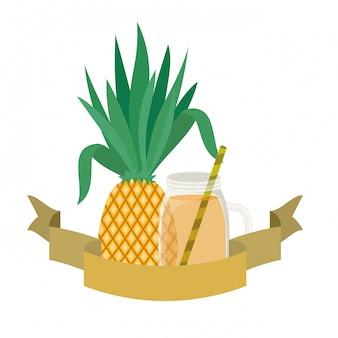 Стакан с ананасом и соломенным напитком