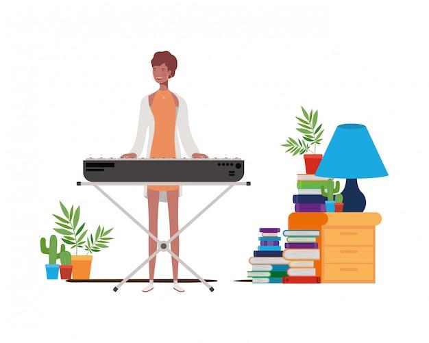 Молодая женщина с фортепианной клавиатурой