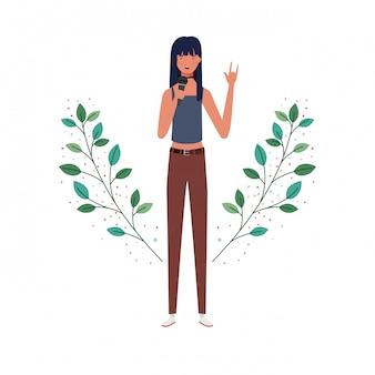 Женщина с микрофоном и ветви и листья