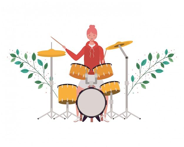 ドラムキットと枝と葉を持つ女性