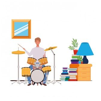 リビングルームでドラムキットと若い男