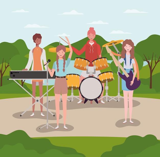 キャンプで楽器を演奏する女性のグループ