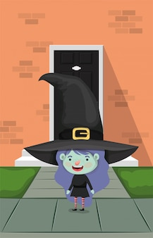 Маленькая девочка с костюмом ведьмы в дверях дома